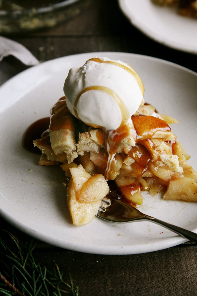 Salted Caramel Apple Pie #vegan #dairyfree